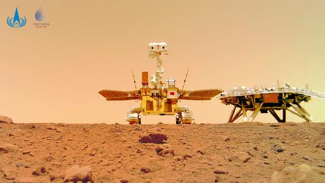 Selfie inovadora mostra o rover chinês Zhurong ao lado de sua plataforma de pouso em Utopia Planitia em Marte - CNSA