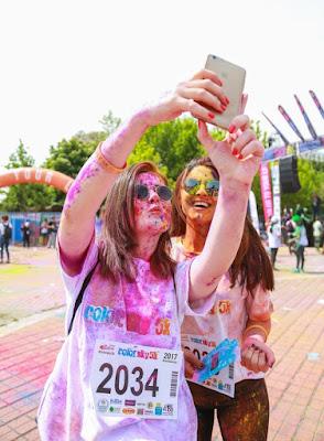 selfie bersama sahabat setelah mengikuti event color run seru