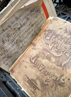 Detalle de libro antiguo en el Desembalaje Bilbao