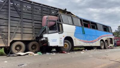 Tragédia: Acidente entre ônibus e caminhão deixam mortos e feridos em MG.