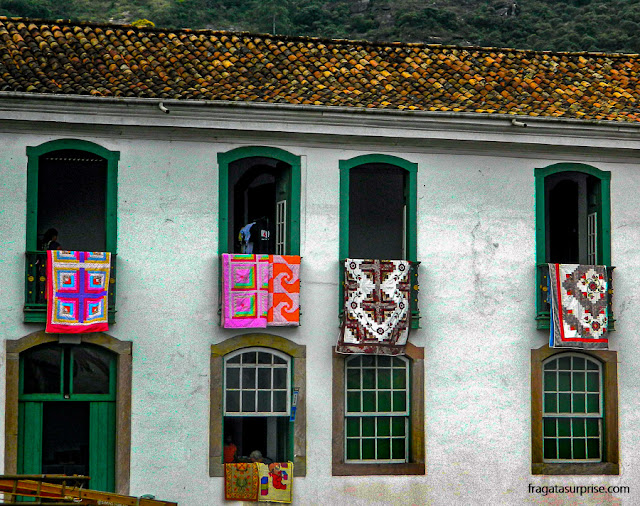 Sobrado com janelas enfeitadas em Ouro Preto, Minas Gerais