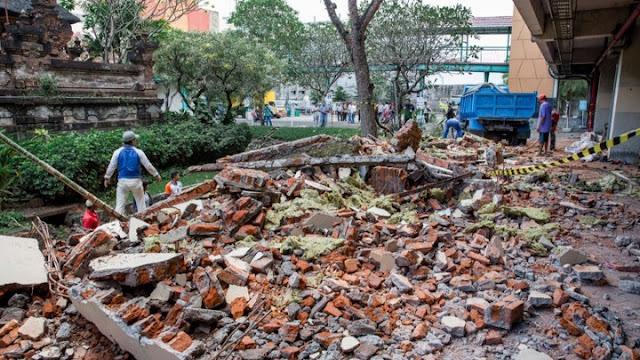 Σεισμός 6,9 βαθμών στην Ινδονησία - Στους 91 οι νεκροί - Επιχείρηση απομάκρυνσης τουριστών (βίντεο)
