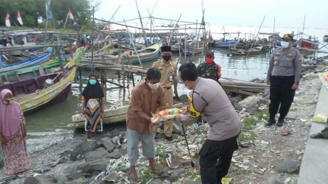 Ade Ary Syam Indradi Serahkan Bantuan >> https://www.onlinepantura.com/2020/04/ade-ary-syam-indradi-serahkan-bantuan.html
