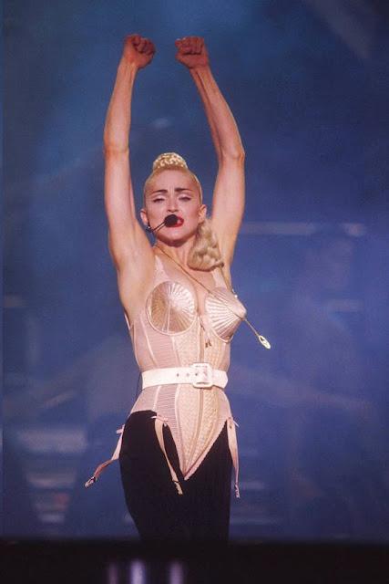 Madonna com corset ou lingerie de cone em show