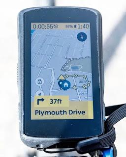 La navegación y el mapa son las mejores características del Karoo 2. Aquí hay un mapa general y una pancarta que muestra el siguiente turno.