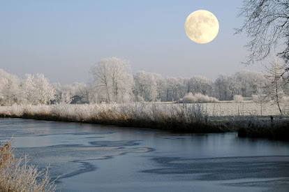 Full moon over a snowy river bank. Image from Pixabay.