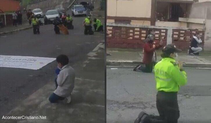 Policías ecuatorianos orando en la calle