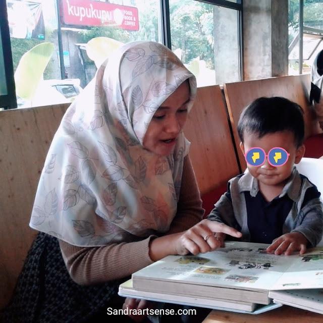 Memperkenalkan Buku pada Anak