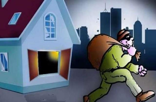 एक घर में मोबाइल चुराकर दूसरे के घर में चोरी करने पहुंचा चोर, पकड़ा गया