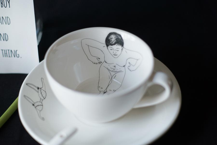 Blog + Fotografie by it's me! - Wohnen - weiße Porzellantasse mit nackter Frau als Motiv