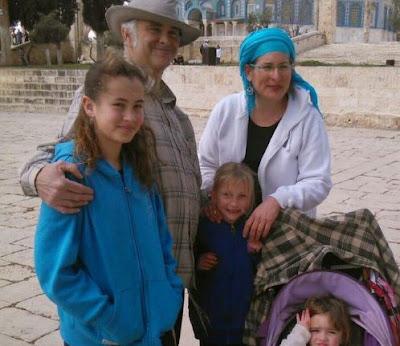 """Puntos de venta afiliados a la Autoridad Palestina y su partido Fatah han concedido el título honorífico de """"shahid"""", o mártir, a un palestino que mató a un joven israelí de 13 años de edad, la madrugada del jueves."""