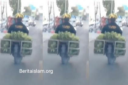 Pemotor Ini Berhasil Lolos dari Razia Polisi, Berkat Pisang yang Dijadikan Helm