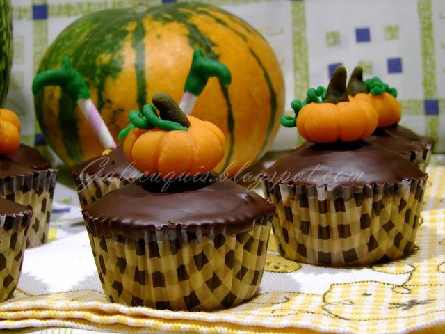 cupcakes de calabaza rellenos con cobertura de chocolate con calabaza de mazapán