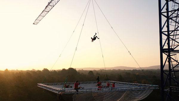 O maior trampolim do mundo suspenso em um guindaste