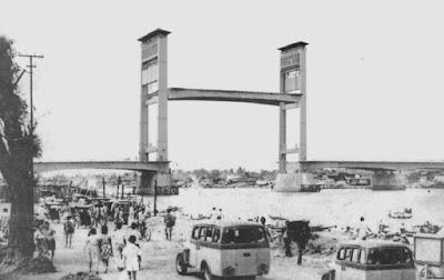 Sejarah Jembatan Amperah Palembang (Sematera Selatan)  Jembatan Ampera merupakan jembatan kebanggaan masyarakat Palembang, Sumatera Selatan dan menjadi Trade Mark bagi kota Palembang. Keberadaan jembatan tersebut sangat penting untuk menghubungkan daerah ulu dan ilir sehingga transportasi menjadi lancar dan otomatis juga memperlancar kehidupan ekonomi. Jembatan Ampera merupakan hadiah Bung Karno bagi masyarakat Palembang yang dananya diambil dari dana rampasan perang Jepang (juga untuk membangun Monas, Jakarta). Dahulu jembatan ini sempat diberi nama Jembatan Bung Karno, tetapi beliau tidak setuju (supaya tidak ada kultus individu), maka nama Ampera lebih cocok sesuai dengan fungsinya sebagai Amanat Penderitaan Rakyat, yang pernah menjadi slogan bangsa Indonesia pada tahun 1960-an.      Struktur Jembatan Ampera      Panjang : 1.117 m (bagian tengah 71,90 m)     Lebar : 22 m     Tinggi : 11.5 m dari permukaan air     Tinggi Menara : 63 m dari permukaan tanah     Jarak antara menara : 75 m     Berat : 944 ton  Pada awalnya, jembatan sepanjang 1.177 meter dengan lebar 22 meter ini, dinamai Jembatan Bung Karno. Menurut sejarawan Djohan Hanafiah, pemberian nama tersebut sebagai bentuk penghargaan kepada Presiden RI pertama itu. Bung Karno secara sungguh-sungguh memperjuangkan keinginan warga Palembang, untuk memiliki sebuah jembatan di atas Sungai Musi.  Sejarah Jembatan Ampera  Pembangunan jembatan ini dimulai