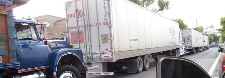 Camiones de carga estorbando colonia del fresno