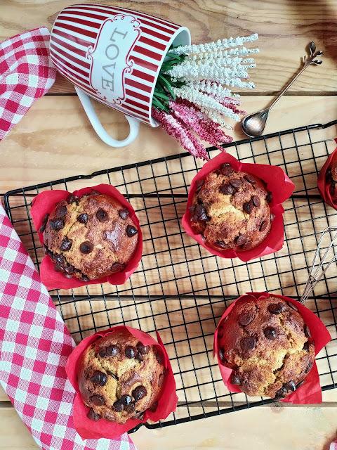 Receta de muffins de plátano y pepitas de chocolate. Desayuno, merienda, postre. Fruta de temporada. Sencillos, ricos, jugosos, tiernos, húmedos, esponjosos, caseros. Cuca