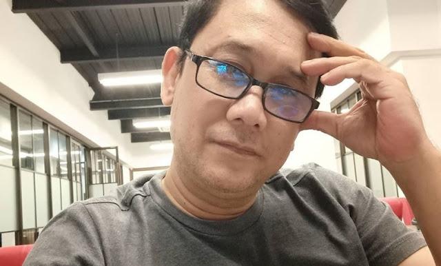 Denny Siregar Berulah Lagi, Posting #HTIOrganisasiTerlarang Sambil Acungkan Jari Tengah