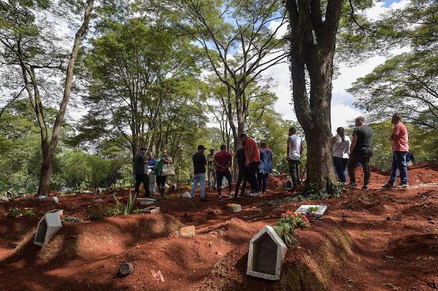 Prefeitura de SP abre 90 covas por dia e compra contêineres frigoríficos para 3000 cadáveres