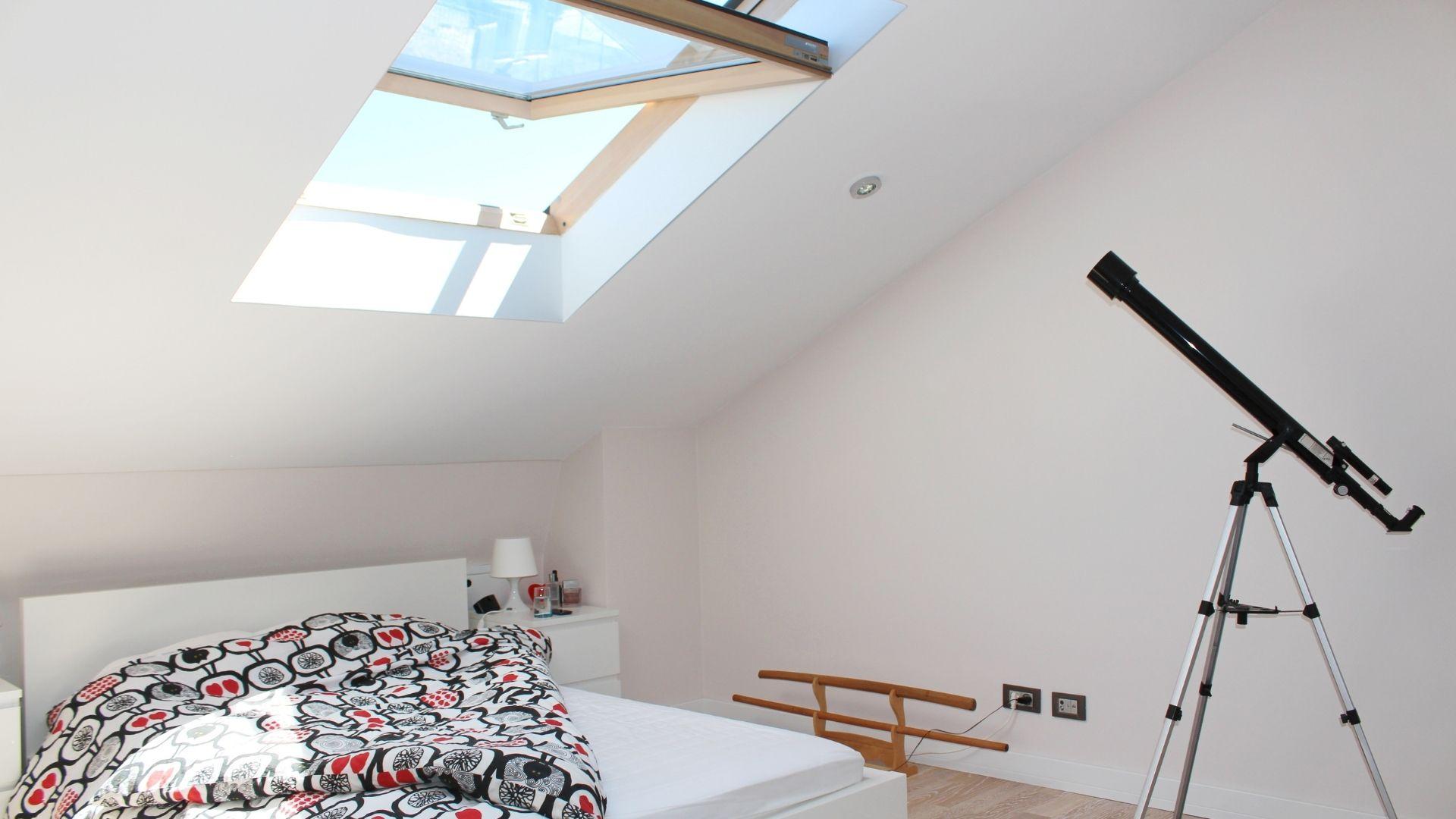 mała sypialnia na poddaszu inspiracje