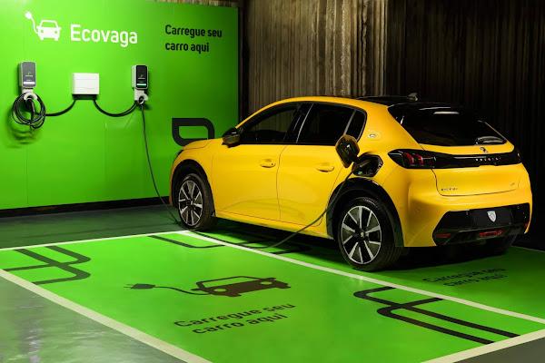 Peugeot e-208 GT e Fiat 500e terão recarga grátis nos estacionamentos Estapar no Brasil