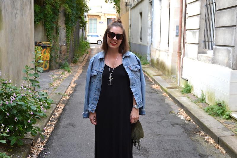 veste en jean Levi's, lunette Aliexpress, collier SeeMeOrg, robe longue noire Asos