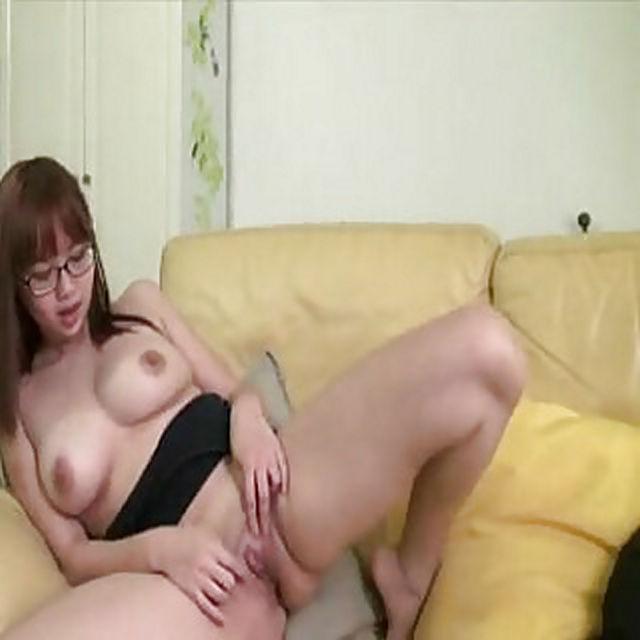 gambar porno cewek amoy china chubby semok toket gede berkacamata pamer memek jembut tipis