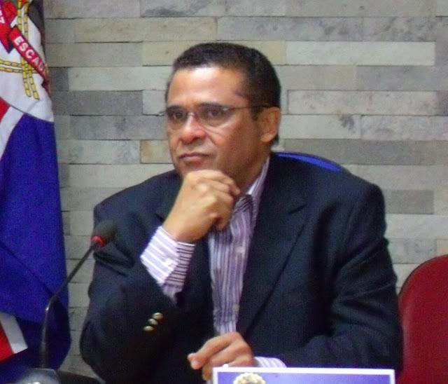 Lucrécio exonera em massa os funcionários em cargos comissionados