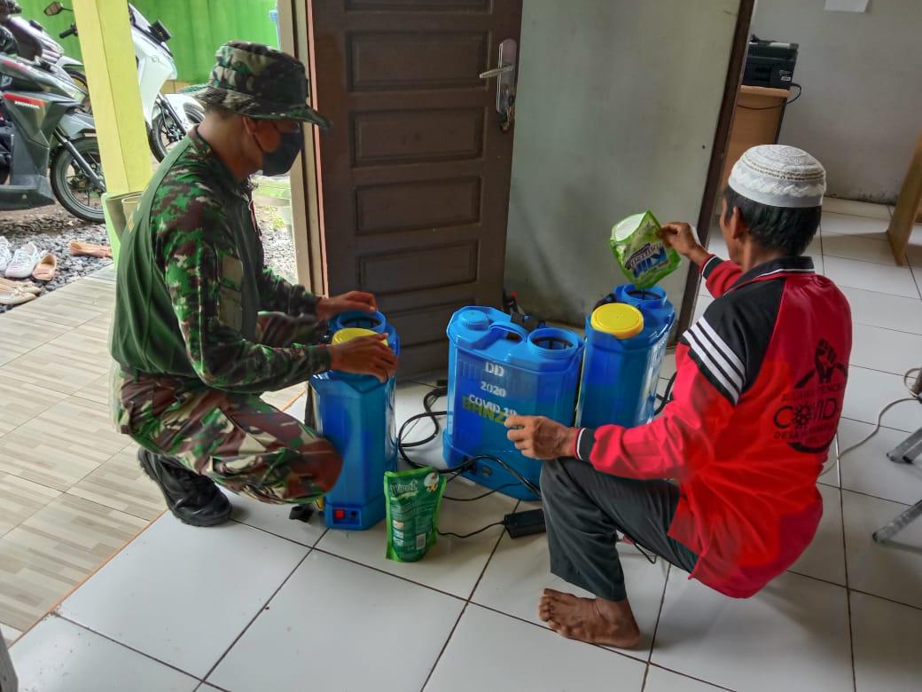 Babinsa Koramil 1010-06/Cls bersama dengan relawan Desa melaksanakan penyemprotan Disenfektan di desa Marampiau Hilir