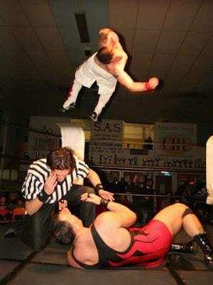 Caronte vs Tyler Bate, primo show IWA (2013)