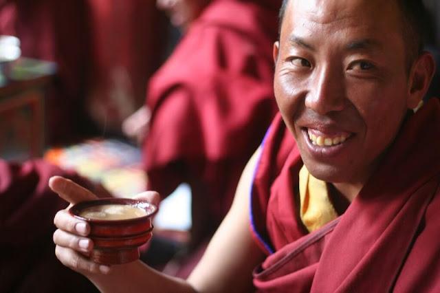 Khi bạn mời một người Tây Tạng uống trà, bạn nên nâng chén bằng cả hai tay và chú ý không để ngón tay của mình chạm vào mặt trong của chén.
