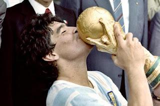 O maior jogador de futebol argentino Diego Maradona morre aos 60 anos
