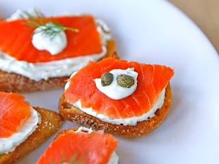 """<img src=""""pan-integral-con-salmón.jpg"""" alt=""""este bocado es especial para el desayuno, porque el pescado, es fuente de proteína"""">"""