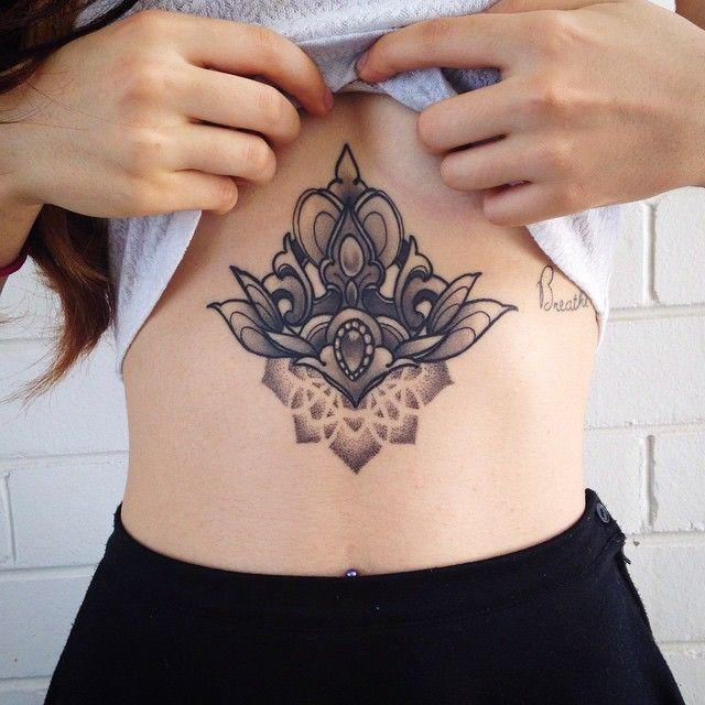 Vemos a una mujer con tatuaje en el esternon