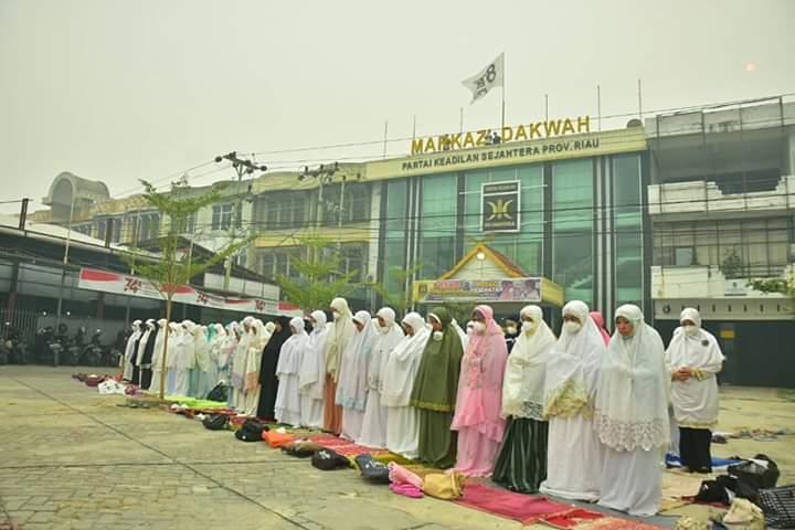 Suasana Khusyu' Shalat Istisqa Masyarakat Riau