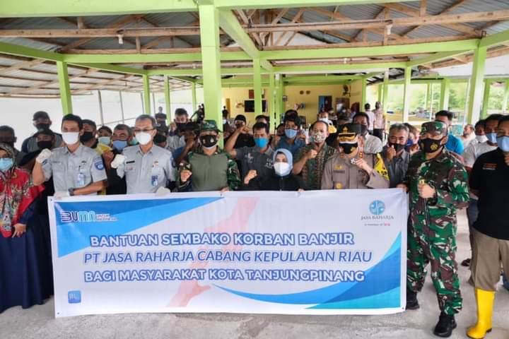 Pemko Tanjungpinang Bersama PT Jasa Raharja Cabang Kepri Menyerahkan Bantuan Sembako Kepada Korban Bencana Alam
