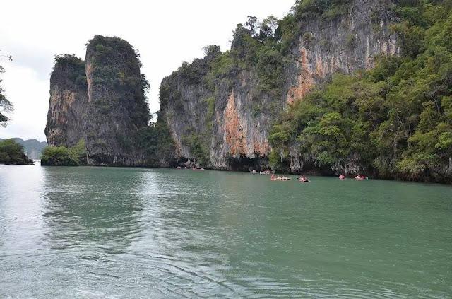 บางถ้ำก็ต้องพายเรือคายักลอดเข้าไปชมทะเลในและเข้าไปได้เฉพาะช่วงเวลาน้ำลงเท่านั้น