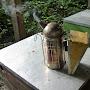 Enfumoir qui fume sur un toit de ruche