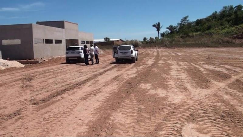 Hildo Rocha vistoria construção do campo de futebol que será utilizado pelo Cavalo de Aço em Imperatriz