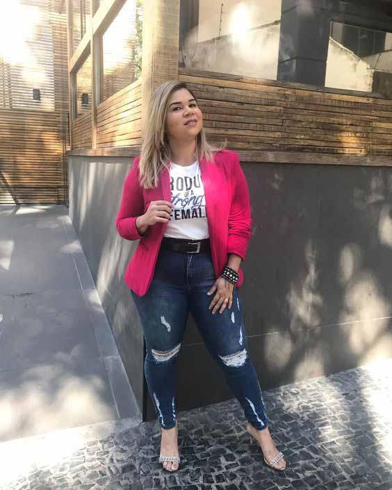 Calça jeans, t-shirt e blazer pink