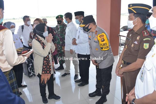 Kapolda Jambi sambut Kedatangan Mensos RI Tri Rismaharini di Bandara Sultan Thaha