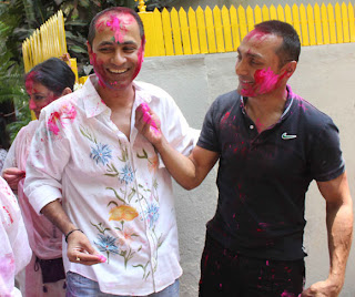 Shabana Azmi & Javed Akhtar celebrate Holi with family & friends