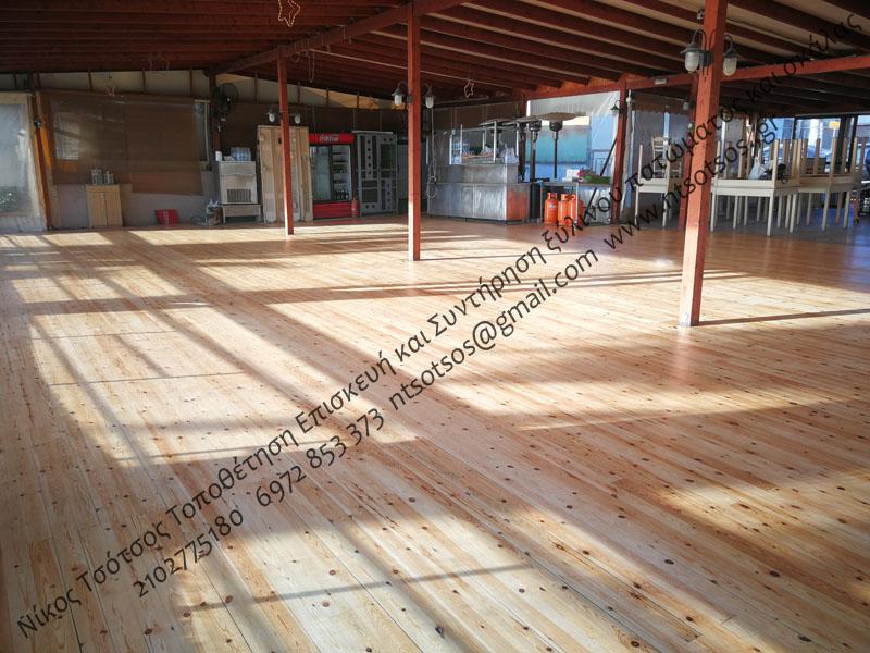 Τρίψιμο και γυάλισμα σε σουηδικό ξύλινο πάτωμα καταστήματος