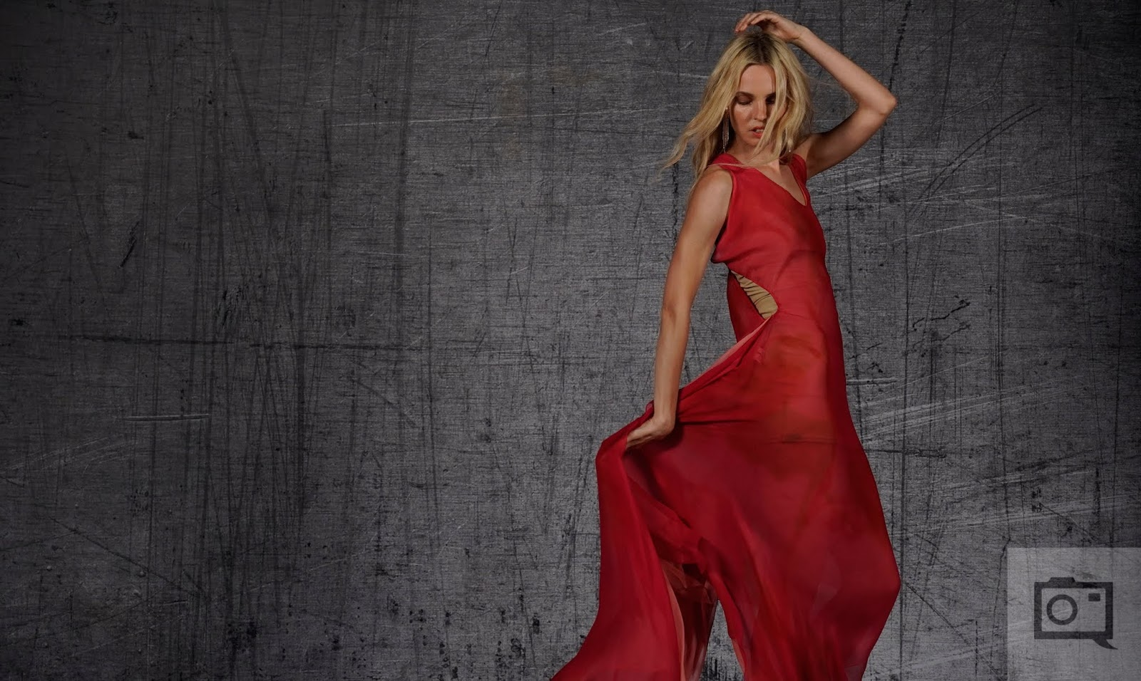 Портрет девушки в красном платье