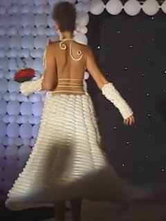 Brautkleid aus weißen Luftballons modelliert.