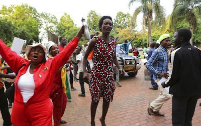 Robert Mugabe Resigns, Zimbabweans Celebrate on The Streets