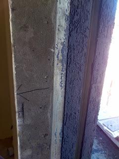 כאן סימנתי לטייחים שהם טעו , אמורים לבצע טיח בכל החלק של החלון מכיוון שיש הלבשה פנימית של החלון אלומיניום והחלק הזה יהיה גלוי כולו לחוץ