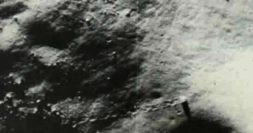 Una de las muchas imágenes de la Luna mostrando objetos y caminos no hechos por vehículos construidos por el hombre.