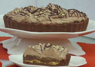 Torta de banana com creme de chocolate e chantilly