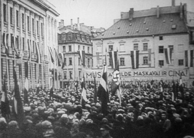 1943 год. Рига. Митинг профсоюзов на Домской площади против встречи в Москве министров иностранных дел стран антигитлеровской коалиции (фото: Латвийский архив кинофотодокументов)